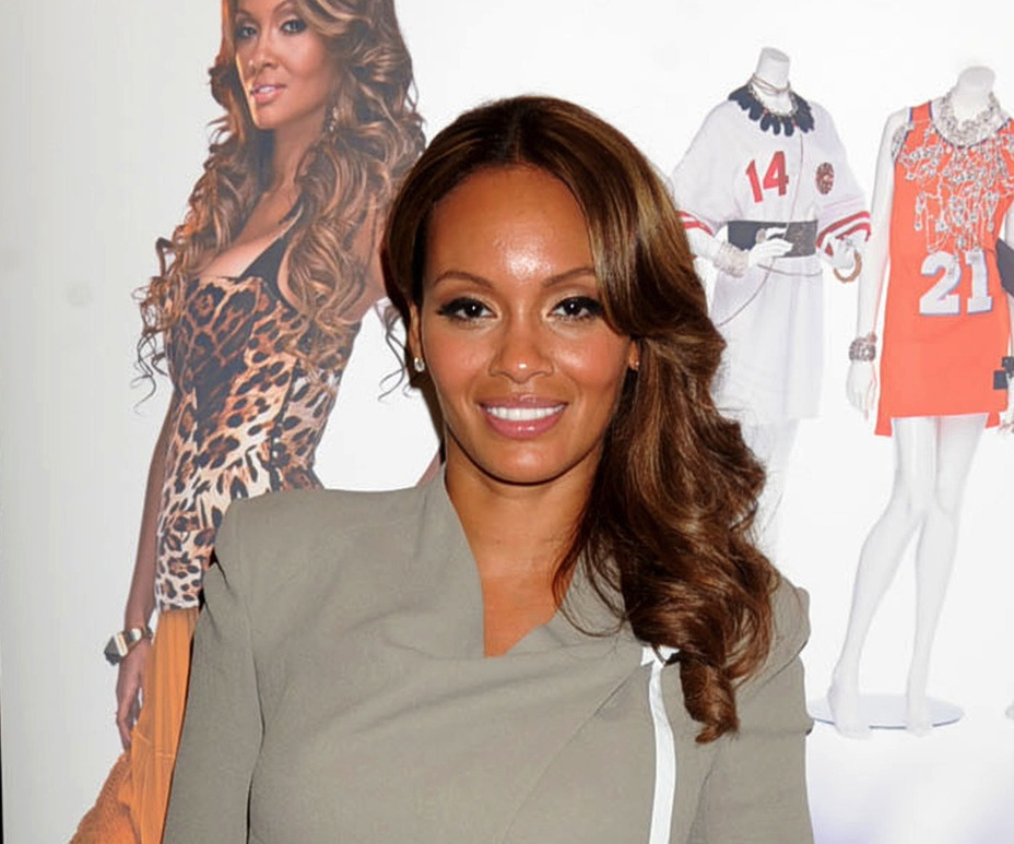 'Basketball Wives' star Evelyn Lozada shows off her abs as she signs copies of her book 'The Wives Association: Inner Circle'