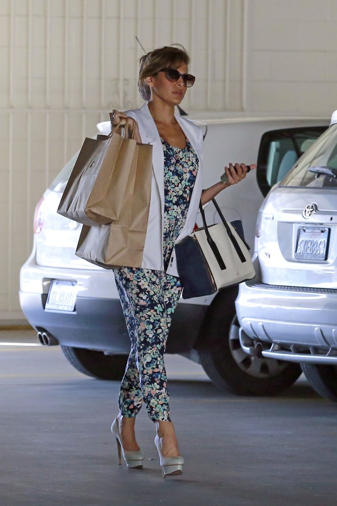 EXCLUSIVE: Eva Mendes carries a handful of bags as she leaves a medical building in Los Angeles