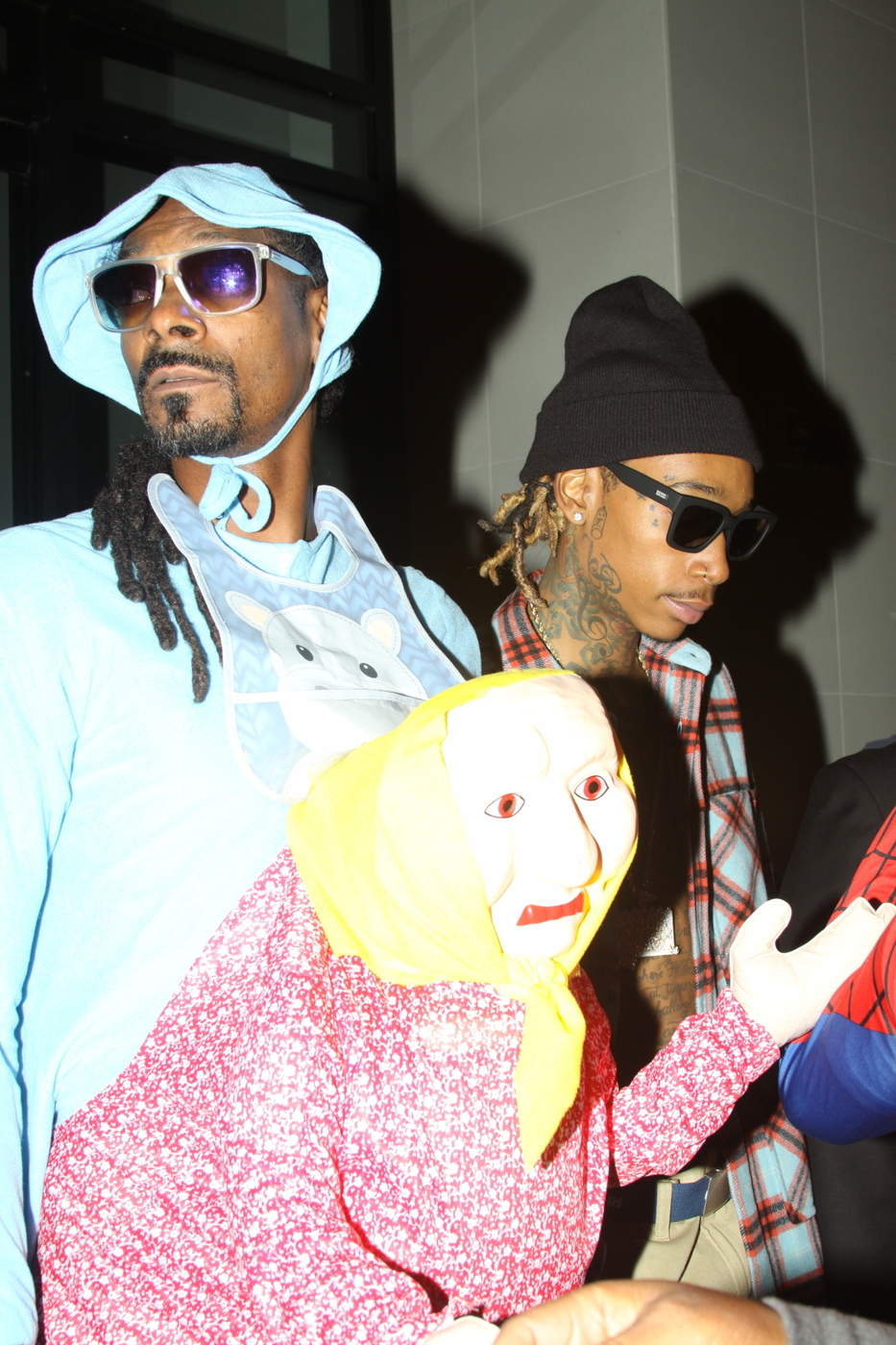 snoop dogg arrives at catch la dressed in a bizarre mother/child